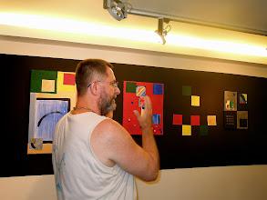 Photo: A művész bemutatja alkotását