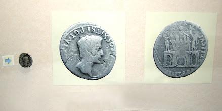 """Photo: Denar des Kaisers Augustus  """"der Erhabene"""", geb. 63 v. Chr., regierte von 31 v. Chr.  bis 14 nach Christi mit der Umschrift: [ S .  P .  Q .  R .  IMP . CAESARI . AVG . ] COS . XI . TRI . POT. VI (= Senatus Populusque Que Romanus Imperatori CAESARI Augusto Consuli XI Tribunicia Potestate VI). """"Senat und Volk von Rom (widmen diesen Bogen) dem Imperator Caesar Augustus, zum elften Mal Konsul und zum sechsten Mal Inhaber der Gewalt eines Volkstribunen.""""   Auf der Rückseite ein Triumphbogen mit drei Durchgangsbögen, bekrönt mit einer Triumphatorenquadriga. Darauf steht der Kaiser, rechts von einem Stehenden mit Bogen und Legionsadler und links von einem solchen mit Standarte flankiert. Es handelt sich um Parther, welche dem Kaiser die Feldzeichen reichen. """"Für die Wiedergewinnung der Bürger und Militärzeichen von den Parthern."""" Im Mai 20 v. Chr. hatte Augustus die in den Jahren 53, 40 und 36 v. Chr. eingebüßten Feldzeichen zurück erhalten. Auch wurden die seinerzeit in Gefangenschaft geratenen Römer freigelassen."""
