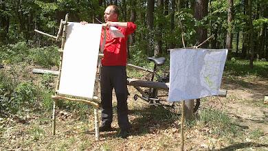 Photo: Dotarliśmy na miejsce pikiniku, na polanę  w Gołębiewie. Mariusz sprawdza ile zapamiętaliśmy informacji, które przekazywał w czasie wędrówki.