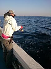 """Photo: ファーストヒットは""""タサキさん""""! ・・・ちょっと緊張したやりとりでしたが、なんとか水面にヒラスが見えて、あと3mのところで「ブチッ」! まさかのリーダーの結び目からブレイク!  えええーっ!何で?"""