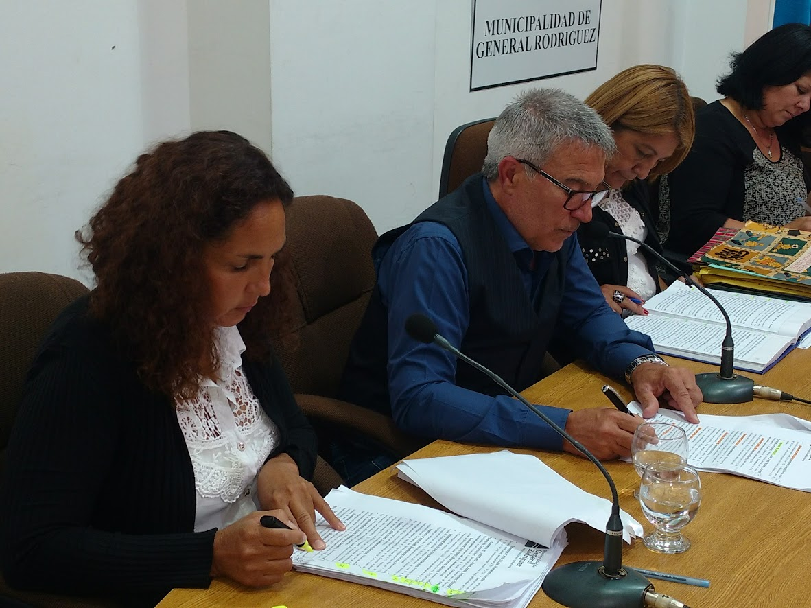 La nueva Presidente del cuerpo, junto al su secretario, Eduardo Rodríguez