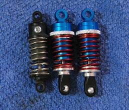 Photo: Vasemmalta oikealle: Alkuperäinen Minin iskari, lyhennetty Yeah Racing 55mm, lyhentämätön Yeah Racing 55mm.
