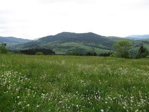 Photo: 17.Ze szlaku widoczne jest dobrze sąsiadujące od południa pasmo Ostrej (780 m) i Ogorzałej (806 m).