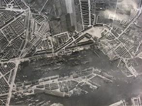 Photo: [1933 ©-verzameling Gemeentearchief Rotterdam CAT III 163.03 B] - http://www.gemeentearchief.rotterdam.nl - Maashaven met daaronder overzicht van Katendrecht.