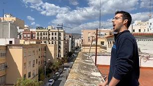 El tenor almeriense Juan de Dios Mateos canta desde su terraza.