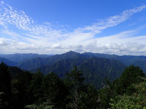 日本ヶ塚山(左奥に明神山)