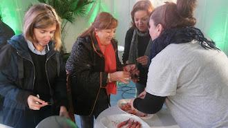 Personas degustando la gamba roja de Garrucha durante una feria gastronómica.