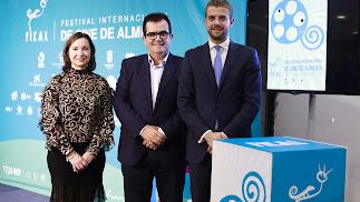 El diputado de Cultura, Antonio Jesús Rodríguez, junto a representantes de la Obra Social La Caixa.