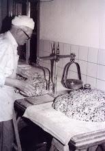 Photo: Anne Udding maakt deeg voor krentenbrood