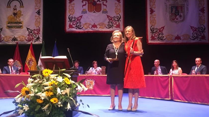 La candidata de Ciudadanos y la alcaldesa y candidata del PSOE en la investidura.
