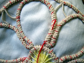 Photo: Fate un piccolo nodo che si nasconderà, tirando il filo, nel cordoncino