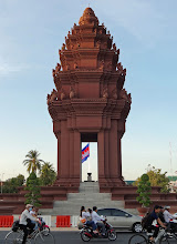 Photo: Independence Monument at Phnom Penh.