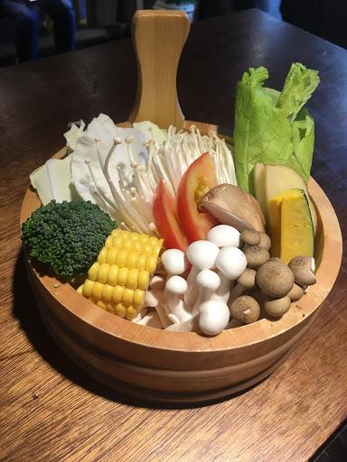 三倍激量的肉真的很飽,肉質也不錯,cp值超高,最喜歡的是他的菜盤,全部都是蔬果跟菇類,完全沒有火鍋料,吃到最後湯底滿滿都是蔬菜的甜味,健康又好吃😋