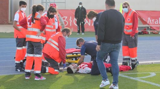Manu, del Almería B, tuvo que ser trasladado en ambulancia