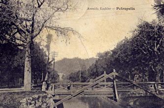 Photo: Avenida Koeler. Esta ponte foi substituída por uma de concreto e fica em frente à Catedral de São Pedro de Alcântara