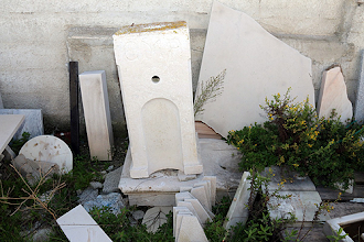 Photo: Bica de água antiga de Peniche está depositada junto a um armazém
