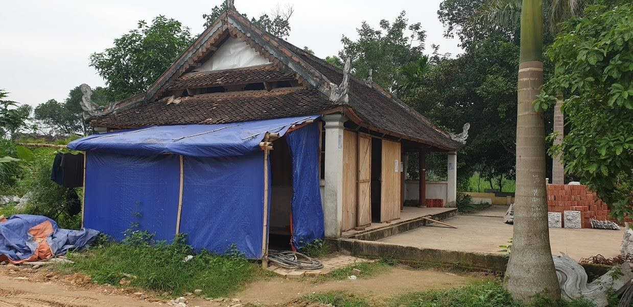 Một công trình đền Hữu bị chiếm dụng, cải tạo làm lán trại của công nhân
