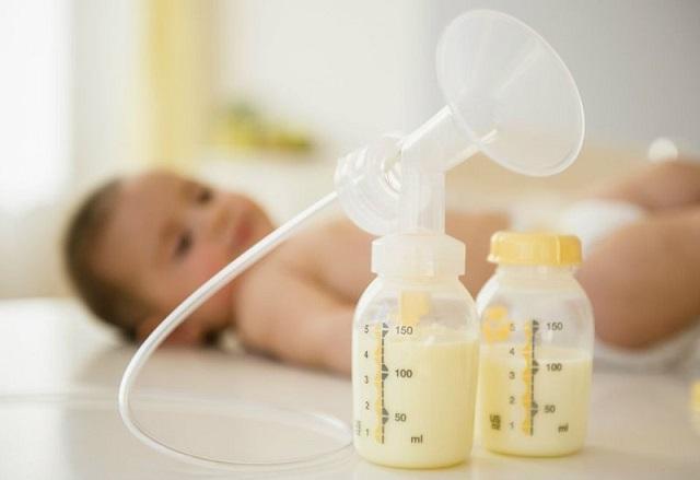 Có thể kết hợp sữa mẹ và sữa công thức cho trẻ sơ sinh được không