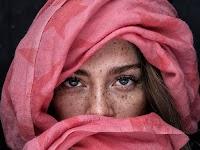 portret van een jonge vrouw met roze hoofddoek