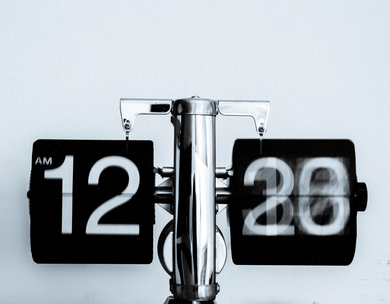 Zegar analogowy w kolorze czarno-białym