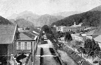 Photo: Rua do Imperador. À direita, o prédio do Fórum já pronto. Foto do final do século XIX