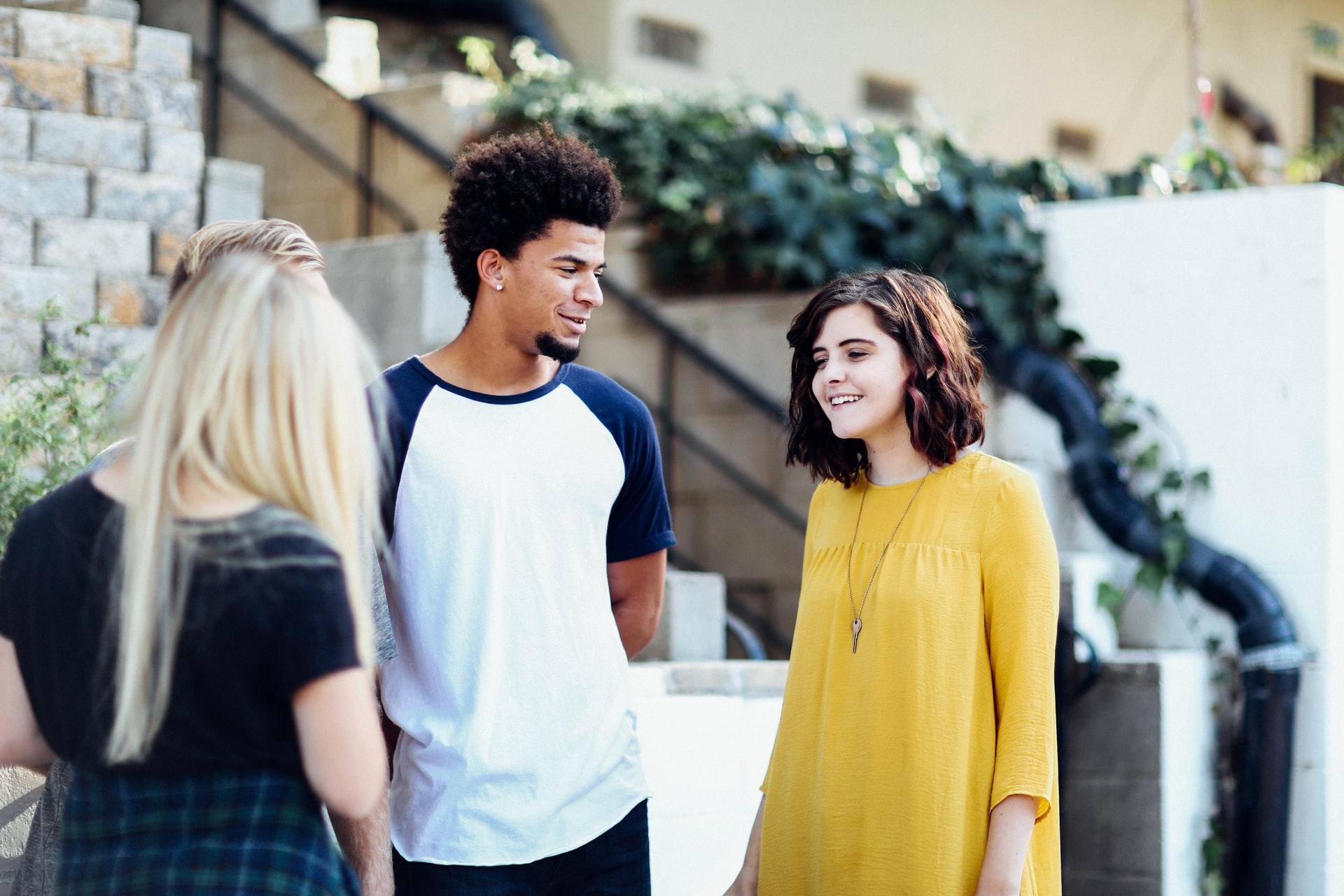 Procure fazer atividades extracurriculares e manter boas relações com todos na universidade (Imagem: Alexis Brown/Unsplash)