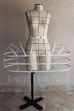 Photo: Paniers inteiro em barbatanas de aço flexível revestida em latéx com estrutura em algodão, rebitada e montada à mão. A partir de R$ 150,00.