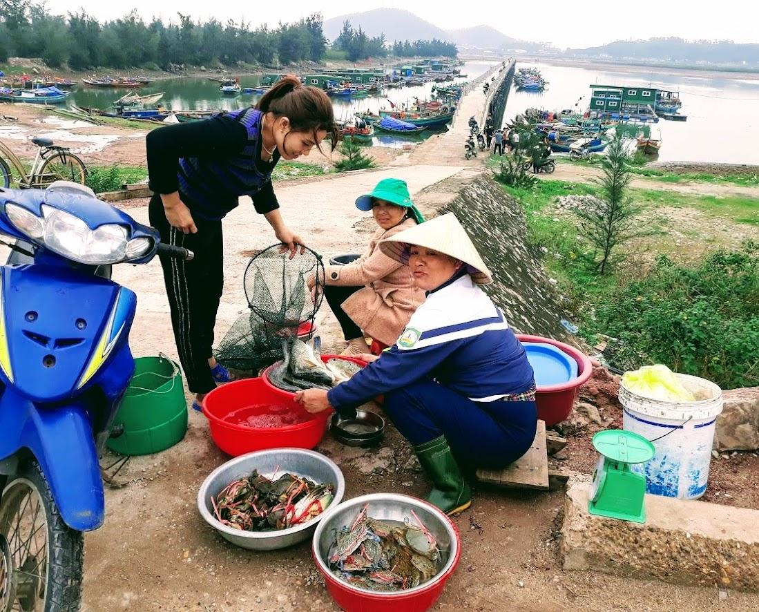 Hải sản được bán ngay cầu cảng