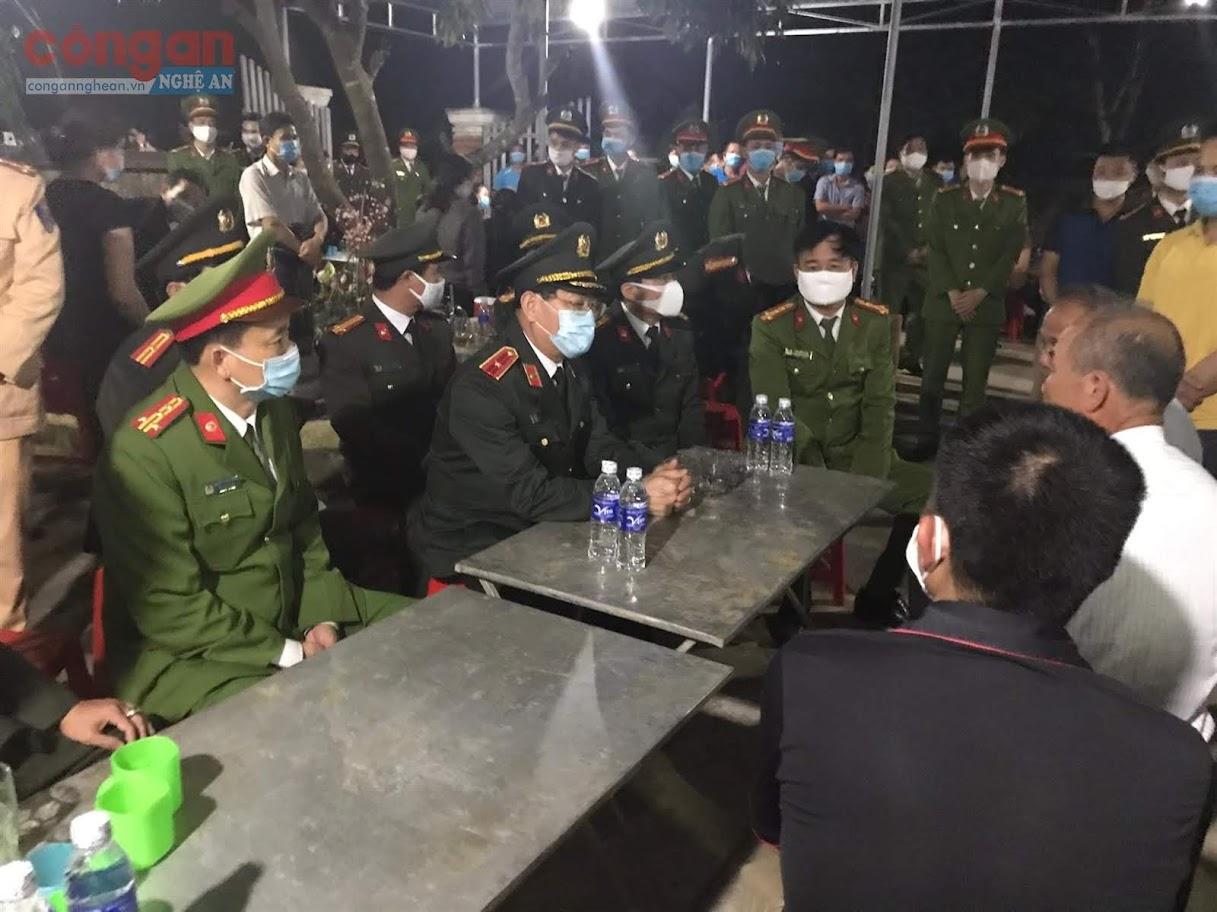 Thiếu tướng Nguyễn Hữu Cầu, Uỷ viên BTV Tỉnh uỷ, Giám đốc Công an tỉnh chia sẻ, động viên tinh thần gia đình trước sự hi sinh của Thượng uý Sầm Quốc Nghĩa