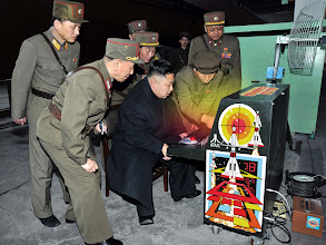 Photo: CZ: Severokorejští generálové seznamují svého vůdce Kim Čong-una s tamní nejmodernější bojovou technikou.  (Herní znalec pozná klasickou automatovou videohru Missile Command, kterou v roce 1980 vydalo americké Atari. Vzhledem k tomu, že hra motivuje hráče k obraně amerických měst před bombardováním, dá se odvodit, že severokorejští vojáci pokaždé úmyslně prohrávají...) [fotomontáž]  http://static1.businessinsider.com/image/5150ce0669bedd2a10000005/if-north-koreas-military-is-a-joke-this-logitech-mouse-must-be-the-punchline.jpg  /  EN: Kim Jong-un inspects the most modern North Korean combat systems.  (Videogame experts recognize classic arcade game Missile Command, which was released by an American company Atari in 1980. Since the game wants the player to defend US cities from bomb attacks, we can assume that North Korean soldiers intentionally lose every time...) [mock-up]  http://static1.businessinsider.com/image/5150ce0669bedd2a10000005/if-north-koreas-military-is-a-joke-this-logitech-mouse-must-be-the-punchline.jpg