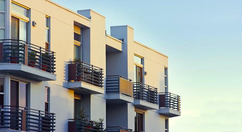 Jak zamontować balustradę balkonową? Instrukcja krok po kroku