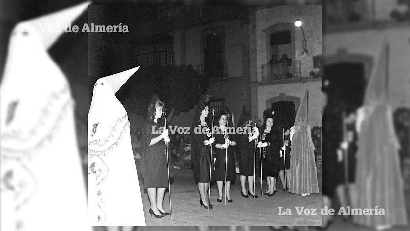 La cofradía del Prendimiento con sus mantillas desfilando por las calles de Almería a comienzos de los años 60.