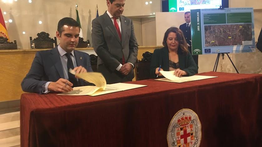 Firma del convenio ayer en el Ayuntamiento.