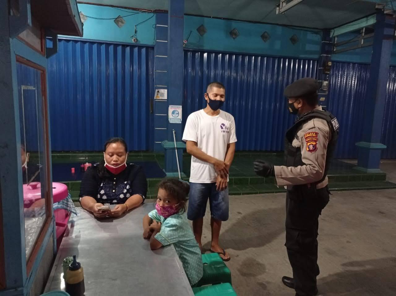 Polsek Arsel Himbau Pedagang Kaki Lima Patuhi Prokes