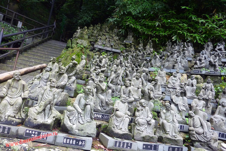P1060871 Estatuillas en el recinto del Nanzoin Daibutsu (Fukuoka) 15-07-2010