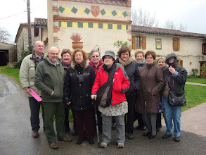 Photo: Grup davant colomar amb creu occitana