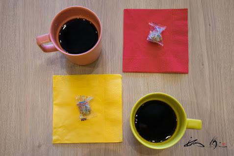 ポップなカラーのコーヒーマグ