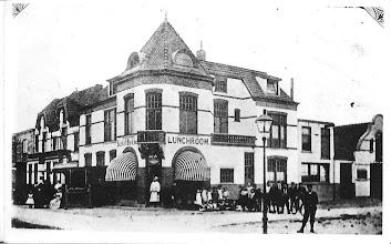 Photo: Eerste Egmondsche lunchroom. Tegenover de Prins Hendrik Stichting, in het begin van de vorige eeuw.