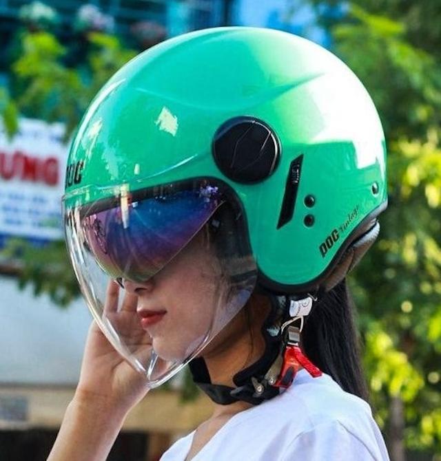 Mũ bảo hiểm 3/4 POC City được làm từ chất liệu nhựa ABS nguyên sinh