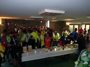 Photo: Les uns se pressent devant un copieux buffet