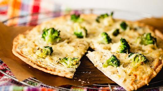 Descubre cómo hacer una pizza de brócoli con jamón, atún, cebolla y pimiento