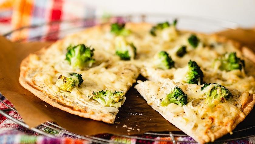 Descubre cómo preparar una pizza con base de brócoli.