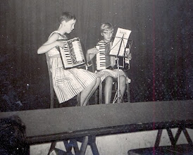 Photo: Roelie Okken en Janna Kleef, bonte Avond ± 1959
