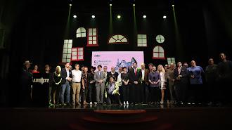 Foto de familia entre autoridades políticas y cineastas.