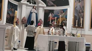 El obispo frente a la nueva capilla.
