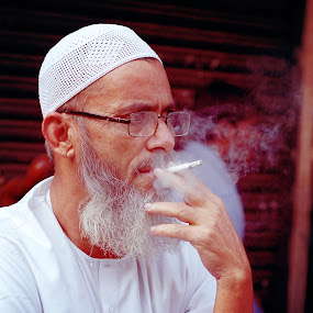 why so angry by Usman Irani - People Portraits of Men ( grey hair, mumbai, smoking, chor bazaar, angry, old man, angry old man, portrait, smoke, , Travel, People, Lifestyle, Culture )