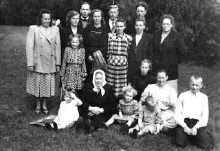Photo: Gusčių šeima. Iš kairės į dešinę nuo viršaus:1 eilė: Gusčiūtė Vincė, Gusčius Vladas, Gusčius Stasys, Gusčius Adolfas2 eilė: Gusčiūtė Joana, Gustienė Adelė, Gustienė Skolastika, Gusčiūtė Aniceta3 eilė:Gusčiūtė Zita, baba (Zuzana, Agota?) Gustienė (mirė sulaukusi netoli 100 m., tiksliai gimimo metų jos vaikai nežinojo. Palaidota Pakutuvėnų kapinėse), Adelė Gusčiūtė, Laimutė Gusčiūtė, Gustienė Ona (mama), Gusčius Vilius (ant skreito), Vygantas Gusčius