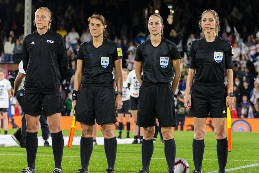 Huấn luyện viên nữ vẫn phụ trách các trận đấu bóng đá nữ.