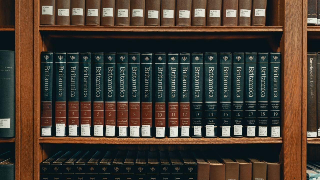 Une bibliothèque remplie d'encyclopédies