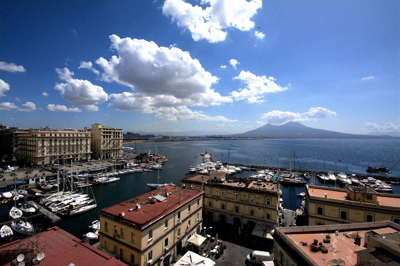 dal castello il Borgo guarda il Vesuvio... di Francesco Di Maio